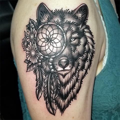 Тату ловец снов и волк у девушки