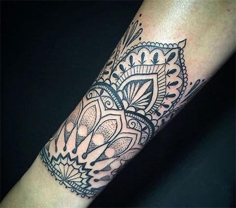 Женская красивая татуировка на предплечье