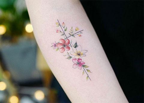 Цветы на предплечье - фото женской татуировки