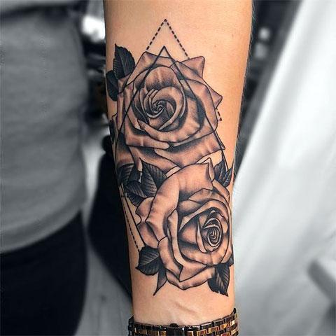 Женская тату на предплечье с розами