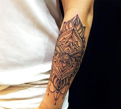 Женская татуировка на предплечье