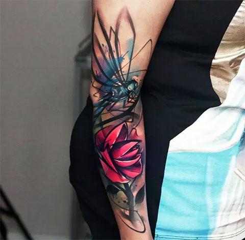 Цветная татуировка на предплечье у девушки