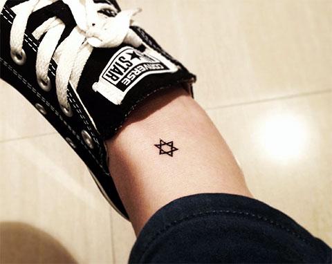 Татуировка с маленькой звездой Давида на ноге