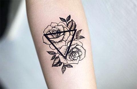 Тату с розой на предплечье у девушки