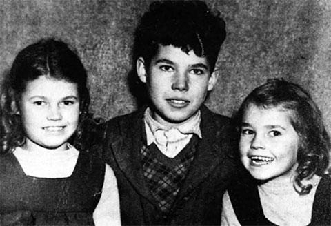 Маленький Фред Уэст с сестрами