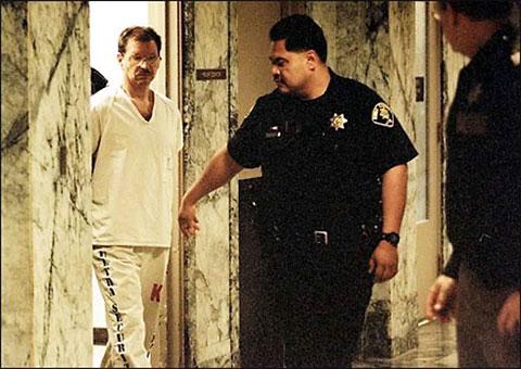 Гэри Риджуэй в коридоре суда