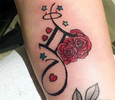 Женская тату знак зодиака близнецы с цветами