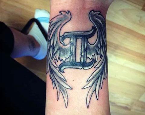 Татуировка знак зодиака близнецы с крыльями
