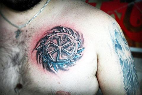 Татуировка коловрат на груди