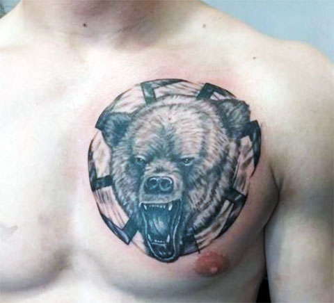 Тату с медведем на груди