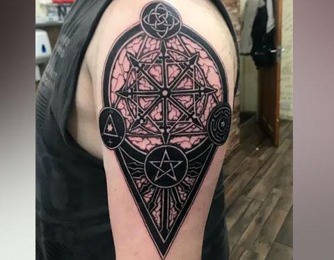 Тату пентаграмма на плече