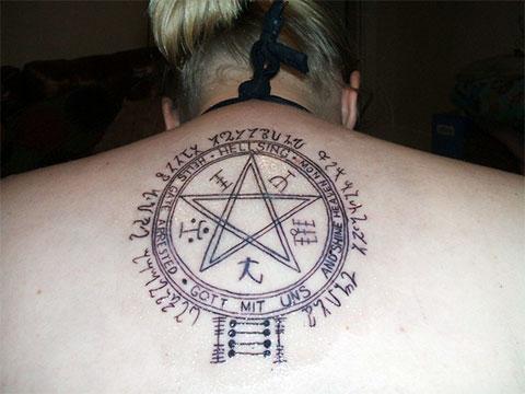Тату пентаграмма на спине - фото
