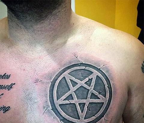 Тату пентаграмма на груди