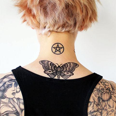 Тату пентаграмма на шее у девушки