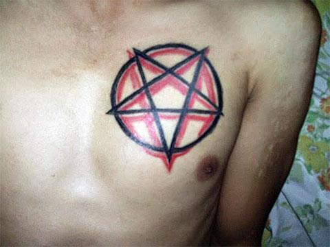 Тату пентаграмма на груди - фото
