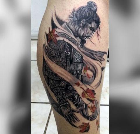 Мужская тату самурай на ноге