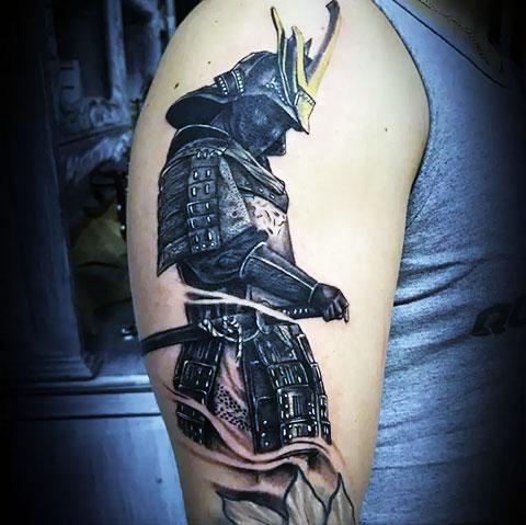 Мужская тату с самураем на плече