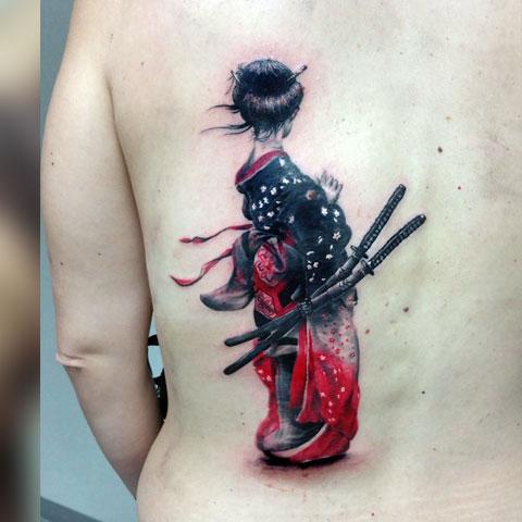 Тату девушка-самурай у женщины на спине