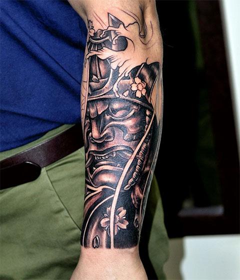 Тату маска самурая на руке