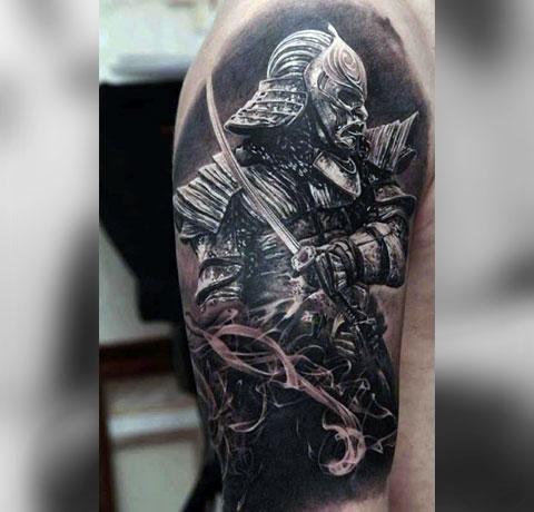 Мужская тату самурай на плече