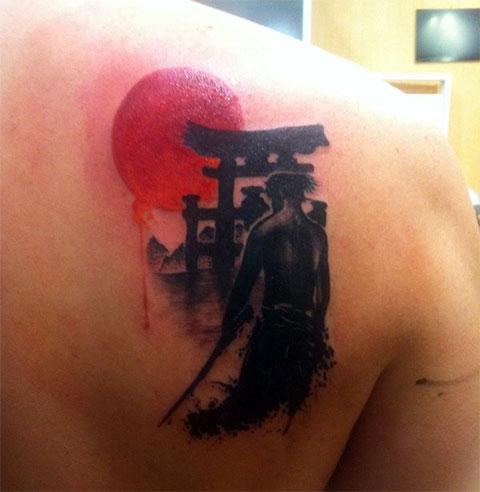 Тату самурай с красной луной