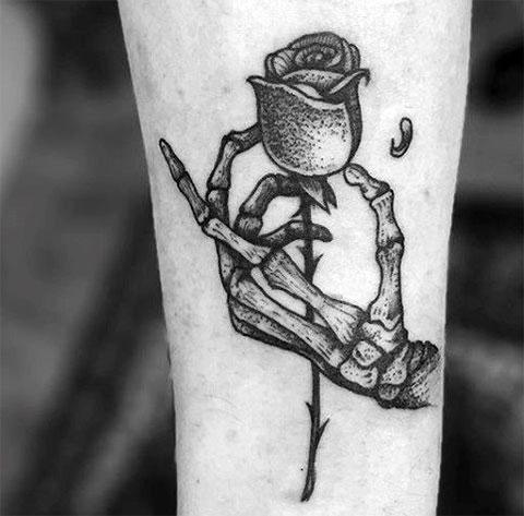 Тату кисть скелета и роза