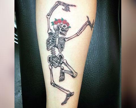 Тату пляшущий скелет на руке