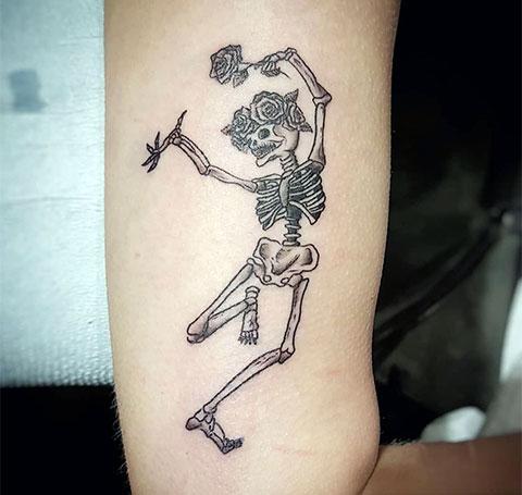 Пляшущий скелет - тату на плече