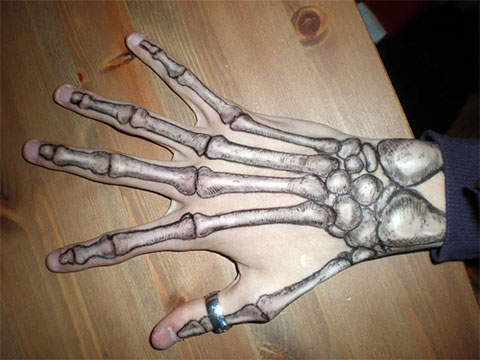 Тату скелет на кисти