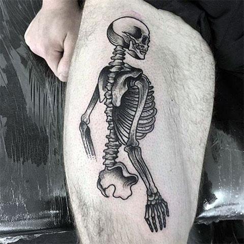 Татуировка скелет на ноге