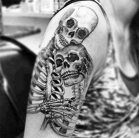 Тату влюбленные скелеты у девушки на плече - фото