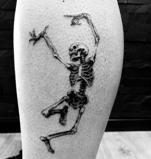 Тату пляшущий скелет на ноге