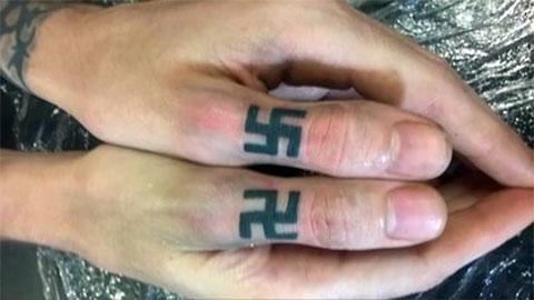 Тату свастика на пальцах
