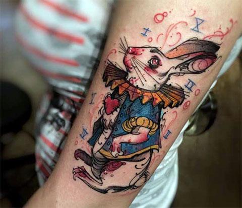 Тату кролик из Алисы в стране чудес на руке у девушки - фото