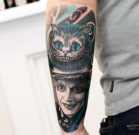Тату Безумный шляпник и чеширский кот на руке у парня