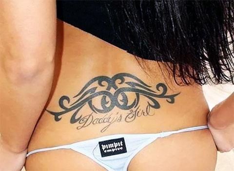 Женская тату на пояснице с узорами и надписью