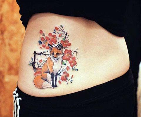 Женская татуировка на пояснице с лисой