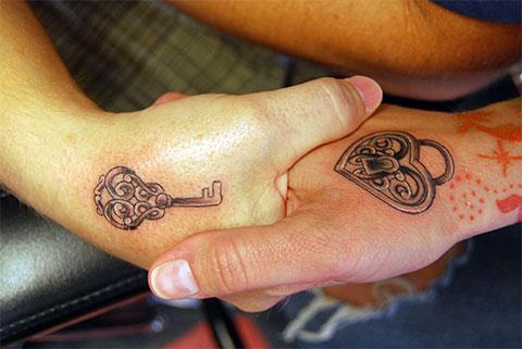 Замок и ключ - парная татуировка на руках