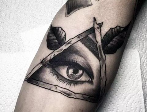 Тату глаз в треугольнике на руке у мужчины