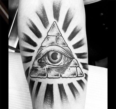 Татуировка глаз в треугольнике на руке - фото