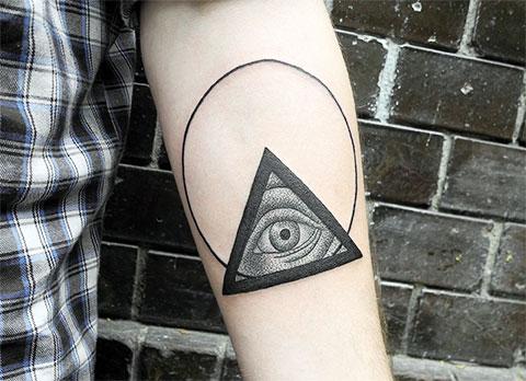 Тату глаз в треугольнике на руке
