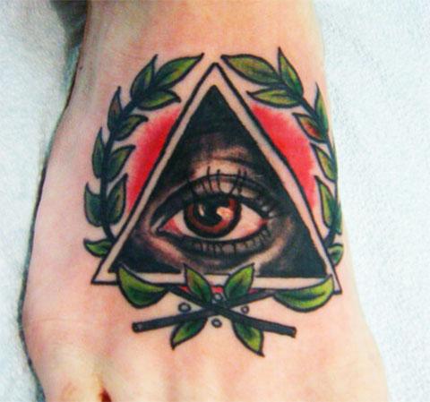 Тату глаз в треугольнике на ступне