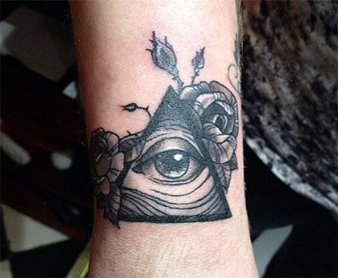 Тату глаз в треугольнике на запястье