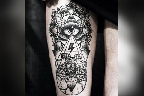 Татуировка глаз в треугольнике у девушки на ноге