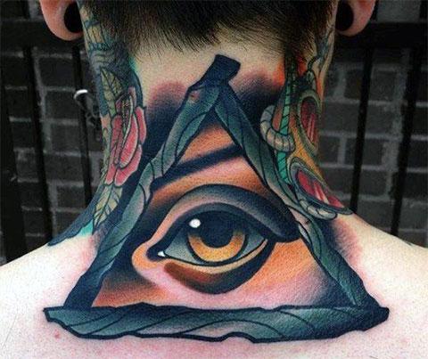 Тату глаз в треугольнике на шее
