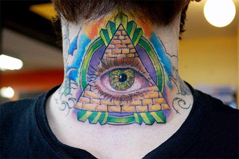 Тату глаз в треугольнике на шее - фото