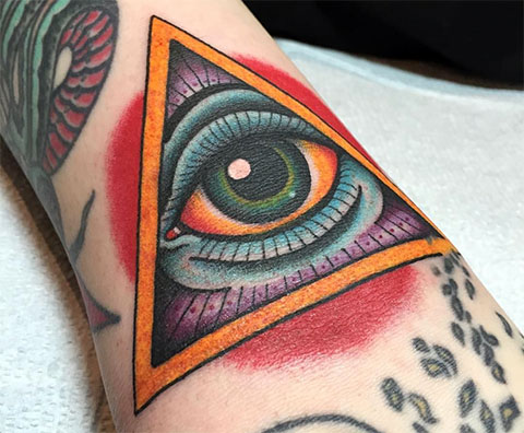 Цветная татуировка глаз в треугольнике