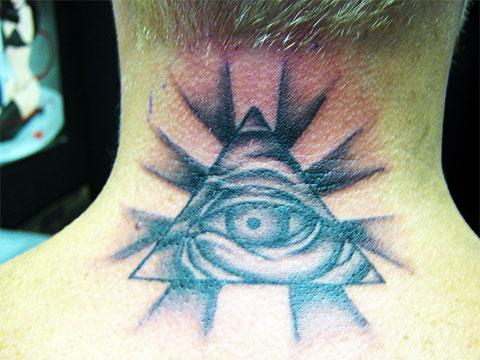 Татуировка глаз в треугольнике на шее