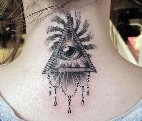 Тату глаз в треугольнике на шее для девушек