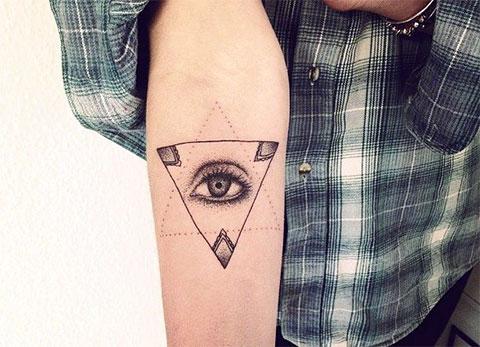 Тату глаз в треугольнике в виде геометрии на руке